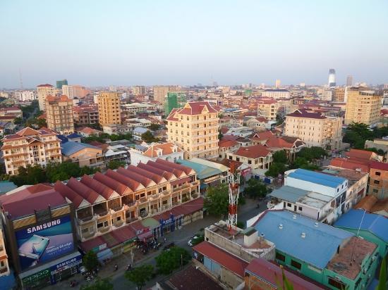 Sen Han Hotel: ホテル屋上からの眺望。手前の道を右にすすむとバス停あり。