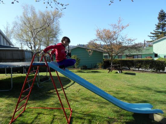 Forest Peak Motel: Slide and trampoline