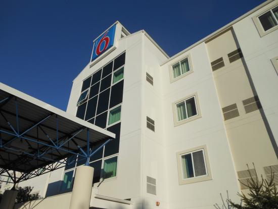 Motel 6 Portsmouth: Outside looking up AUG2015