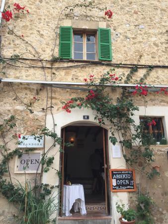 Estellencs, Spanje: Step inside for a tasty supper ...