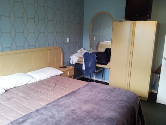 Village Motel: Main bedroom, king bed