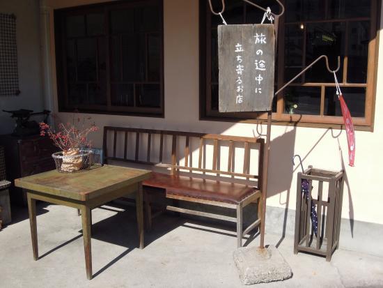 Aiyuwaie: 入り口わきにはこんなベンチが