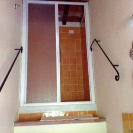 Fattoria Poggiarelli : Upstair shower
