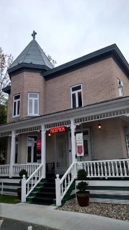Auberge du Littoral: Ancien bâtiment (chambres + accueil + salle des petit-déjeuner)