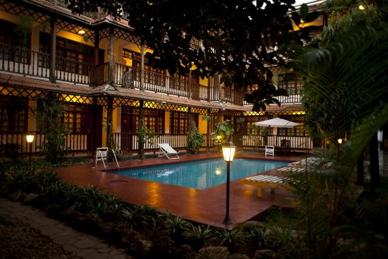 Protea Hotel by Marriott Dar es Salaam Courtyard: POOL AND COURTYARD
