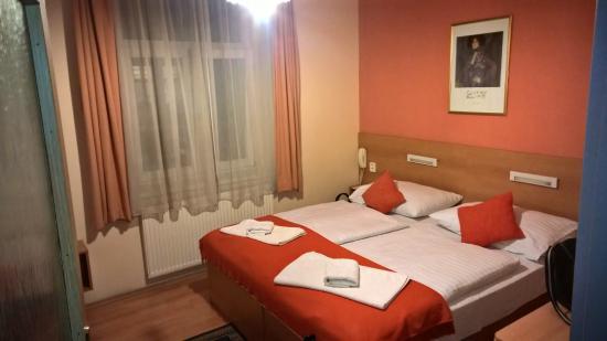 Golden City - Garni: Hotel room