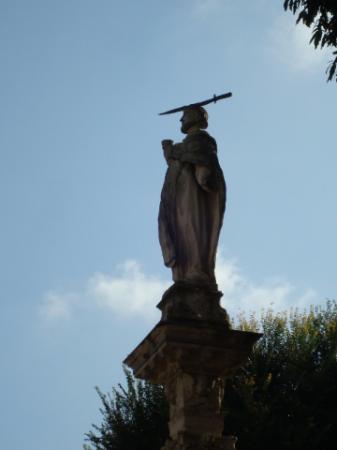 Statua di s pietro martire davanti alla basilica foto for Piazza sant eustorgio