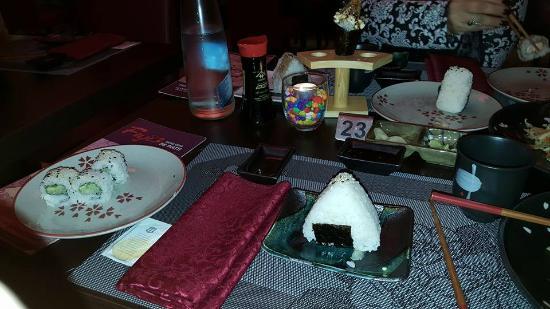Triangolo di riso con alga marina fotograf a de for En ristorante giapponese