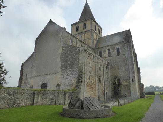 Normandia, França: L'entrée vers l'abbaye