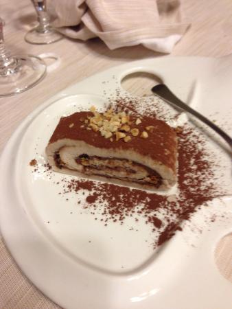Zovon, Italy: Dolce: rotolo con pasta di castagne ripieno di nutella