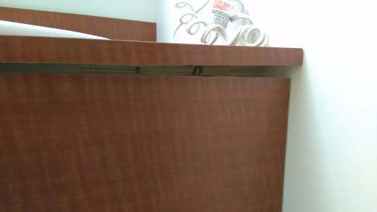 Super 8 by Wyndham Peterborough: Broken Bathroom Counter