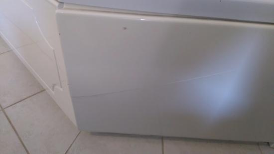 Super 8 by Wyndham Peterborough: Cracked/Broken Front Panel on the Spa Tub