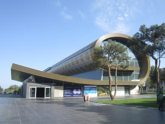 Exterior Del Museo Como Una Alfombra Enrollada Picture