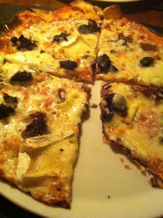 La Lluna: Pizza de morcilla, ceba caramelitzada, pinyons i brie