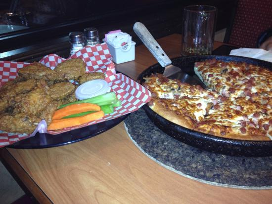 Pizza Hut: OMG...... The best WINGS. .. EVER... @ the pizza fantastic....:)
