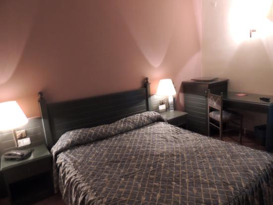 Hotel Sant Jordi : dormitorio con terraza