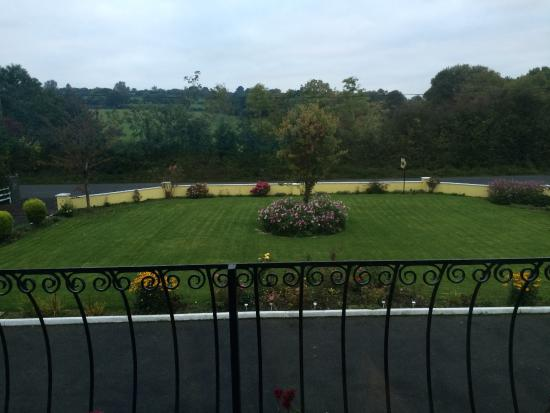 Gallows View: Lovely view of the front garden