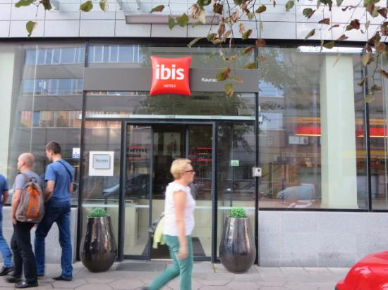 Ibis Kaunas Centre: ホテルの正門