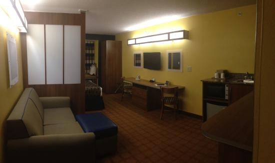 Microtel Inn & Suites by Wyndham Dickson City/Scranton: Welcoming suite