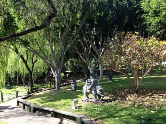Nan Tien Temple Pilgrim Lodge: Garden near walkway at duck pond