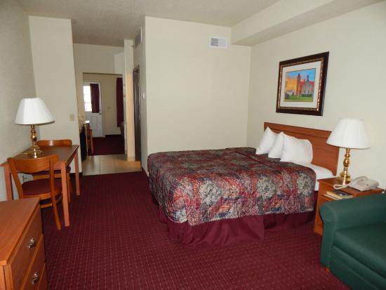 Mackinaw Beach and Bay - Inn & Suites: Living room, room 414
