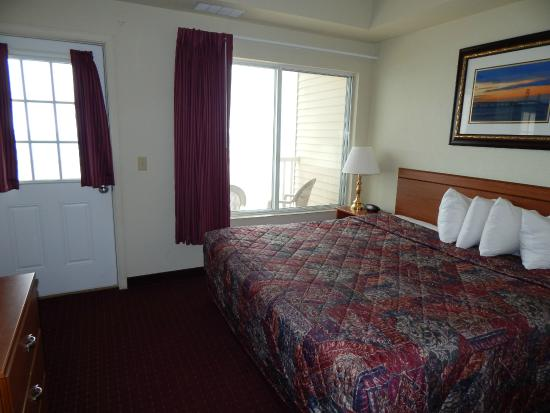 Mackinaw Beach and Bay - Inn & Suites: Bedroom, room 414