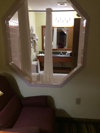 Baymont by Wyndham Marion: Window between bathroom and living room