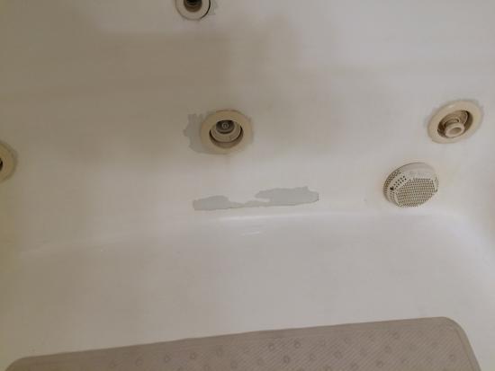 Baymont by Wyndham Marion: Worn enamel on tub