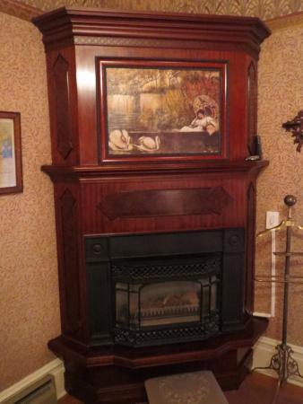 Calderwood Inn: Fireplace in Wilson Room