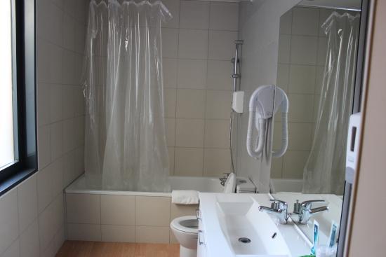 HOTEL HELIOT: Room 201 bathroom