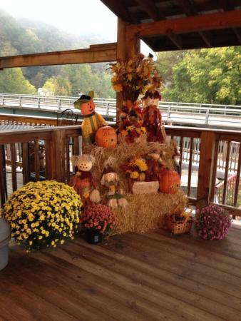 Greenbrier Grille & Lodge: lovely fall decorations