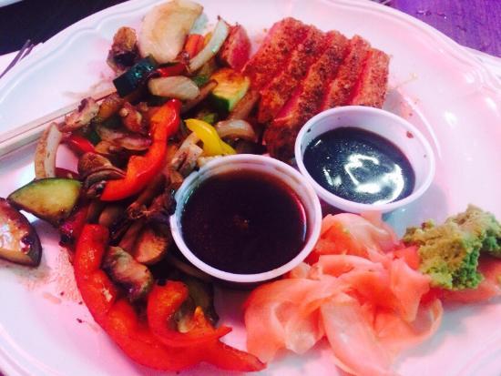 Murray's Saloon & Eatery: We had the Hawaiian burger and the seared blackened Cajun ahi tuna. Totally great. Definitely wi