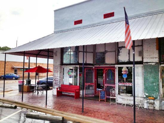 Murfreesboro, AR: Front of Hawkins Variety Store 2015