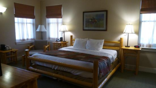 King size bed in room 222 Picture of BEST WESTERN PLUS