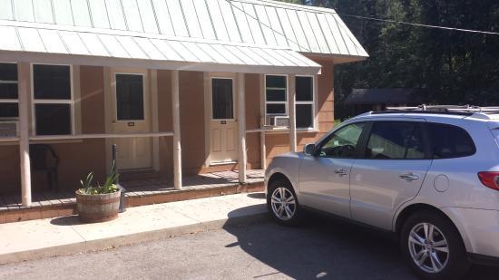 Lake Creek Inn: outside view