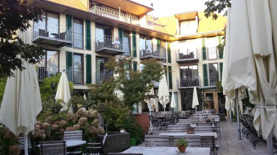 Gaienhofen, Tyskland: Der Biergarten vom Restaurant - Hotel Hirschen