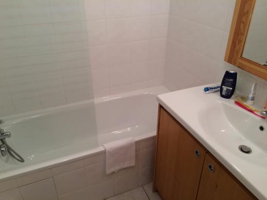 Le Domaine du Green : la salle de bain avec baignoire