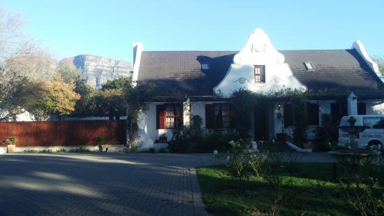 The Oak and Vine Guest House : View from braai area outside Mountain View cottage over Table Mountain