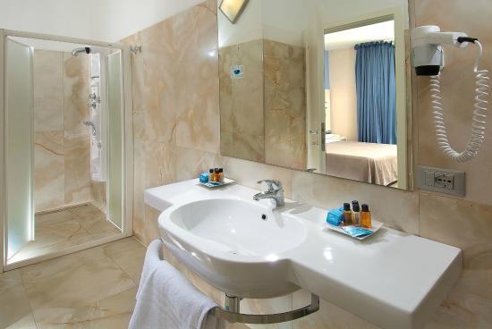 ... bagno Junior Suite - Foto di New Hotel Chiari, Pinarella - TripAdvisor