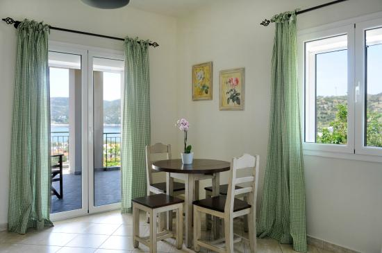 Petries, Yunanistan: Apartment with private balcony