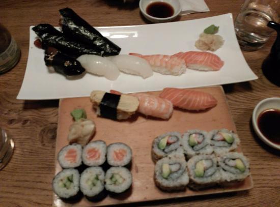 Bandejas de sushi con makis uramakis temakis y nigiris fotograf a de kado sushi bielefeld - Bandejas para sushi ...
