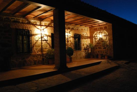 Casa Rural Las Becerras: puerta de noche