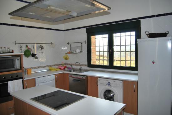 Casa Rural Las Becerras: cocina totalmente equipada