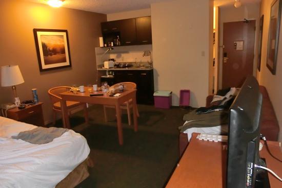 Travelodge Chilliwack: Unser Zimmer mit Blick auf Kitchenette
