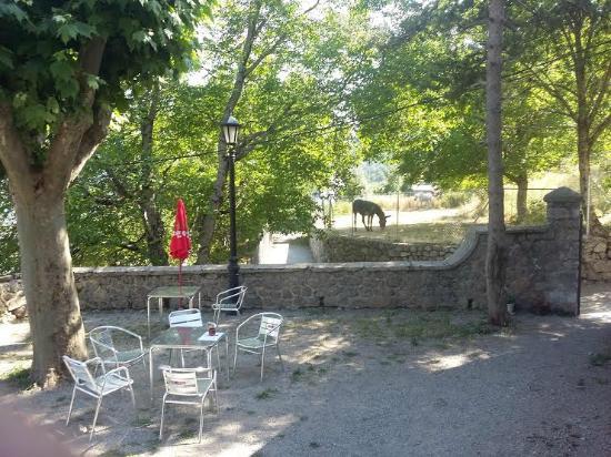 Sin, Spain: Otro lado de la terraza y acceso al albergue