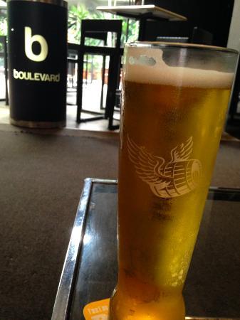 Boulevard Restrobar Singapore : beer 1 pint!
