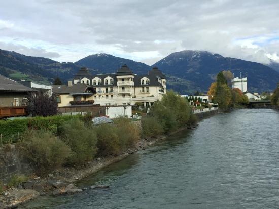 Grand Hotel Lienz: Hotelansicht (von der Brücke über der Isel)