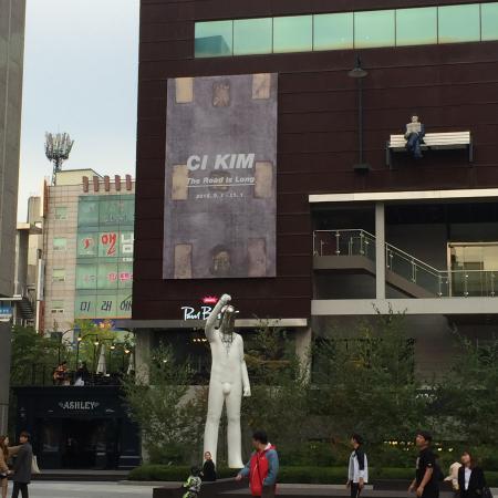 Cheonan, Corea del Sur: デパート前にはよくわからないオブジェがいっぱいです