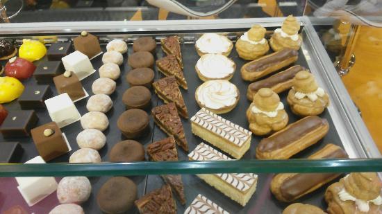 Kayes, Mali: Inside dahirs boulangerie pâtisserie