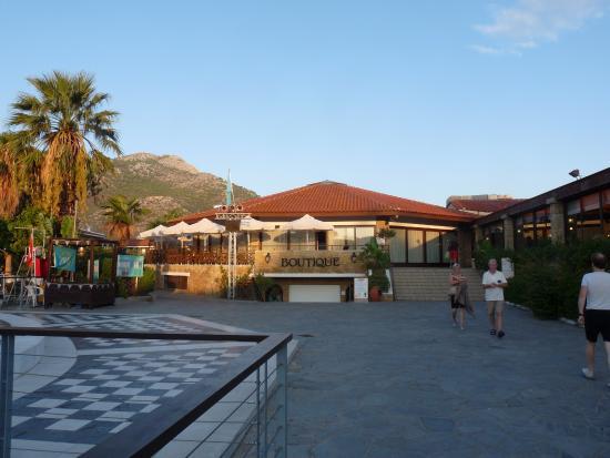 Golden Coast Hotel & Bungalows : Près de la piscine
